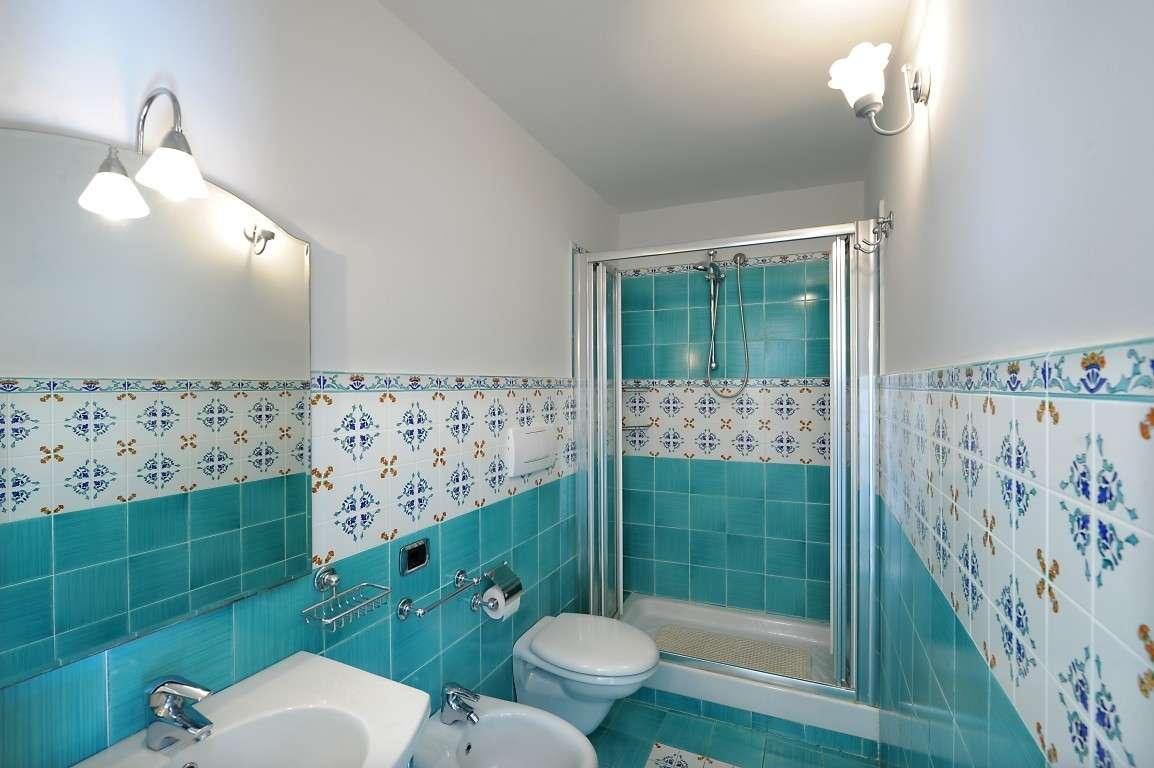 Pavimenti rivestimenti di vietri vietri bianco e azzurro - Piastrelle bagno vietri ...